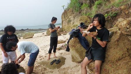 makan siang seafood di Pantai Pancur