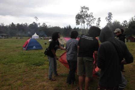 Bangun tenda di Camping  Area Kawah Ijen