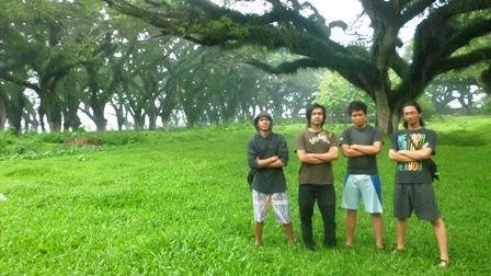 foto dulu bersama pohon-pohon besar :-D
