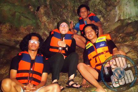 saya (paling kiri) di tebing goa vertikal