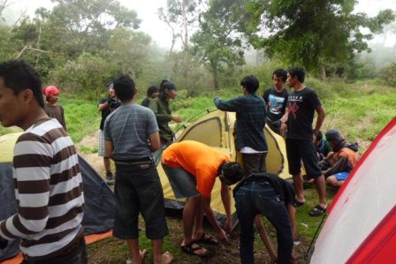 Pendirian Tenda di POS 2 (Pos Pramuka)
