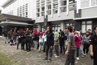 Kumpul di samping gedung Akademik