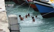 """Sambutan dari """"Anak Pulau"""" (atraksi telanjang)"""